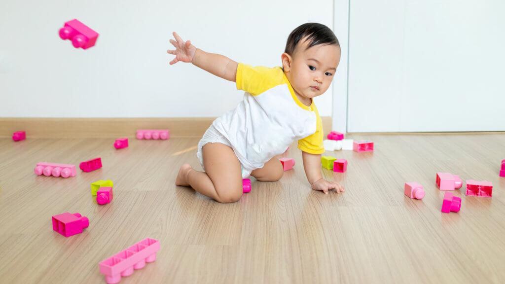 子供がおもちゃを投げる写真