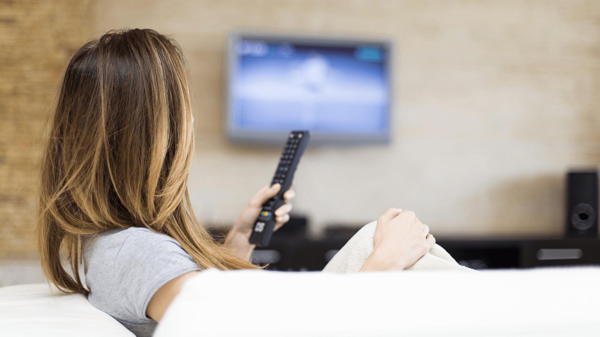 TVを見ている女性