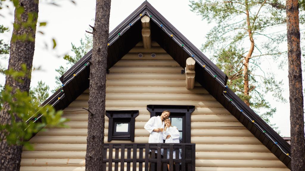 家と幸せなカップル